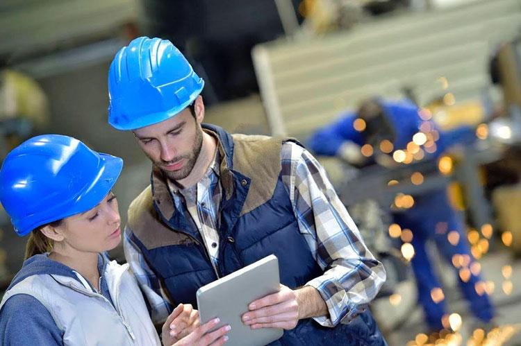giovani ingegneri che si occupano di introdurre tecnologie utili ai nuovi processi manifatturieri.