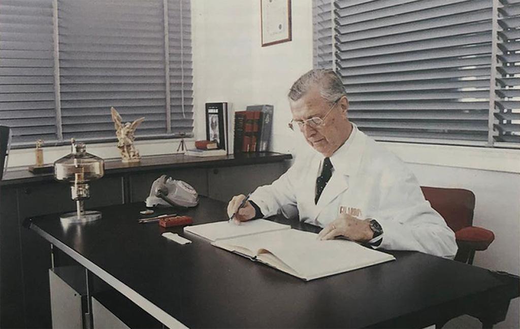 Arturo Gilardoni alla scrivania del suo studio